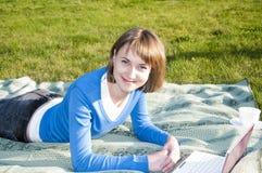 Mooi meisje dat aan laptop werkt Stock Foto's