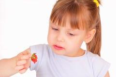Mooi meisje dat aardbei eet Royalty-vrije Stock Afbeeldingen