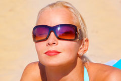 Mooi meisje dat in bikini om legt het strand Royalty-vrije Stock Foto