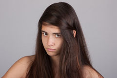 Mooi meisje dat boos kijkt Stock Foto