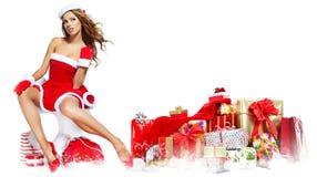 Mooi meisje dat de kleren van de Kerstman met Kerstmis g draagt stock afbeeldingen