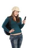 Mooi meisje dat een bericht verzendt door celtelefoon stock afbeeldingen