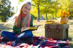 Mooi meisje dat een boek leest Royalty-vrije Stock Foto's