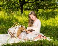 Mooi meisje dat een boek leest Royalty-vrije Stock Afbeeldingen