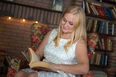 Mooi meisje dat een boek leest stock afbeelding