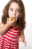 Mooi meisje dat een doughnut eet stock fotografie