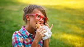 Mooi meisje dat een hotdog eet royalty-vrije stock foto's