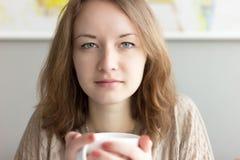 Mooi meisje dat een kop thee houdt Royalty-vrije Stock Foto's