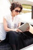 Mooi meisje dat een stootkussen houdt Royalty-vrije Stock Fotografie