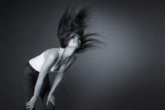 Mooi meisje dat haar hoofd schudt, zwart-wit Royalty-vrije Stock Foto