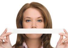 Mooi meisje dat haar mond verbergt Stock Foto