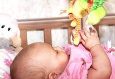 Mooi meisje dat het kleurrijke stuk speelgoed houdt Royalty-vrije Stock Foto
