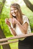 Mooi meisje dat in het park glimlacht Royalty-vrije Stock Fotografie