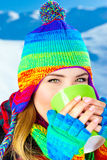 Mooi meisje dat hete chocolade drinkt openlucht Stock Fotografie