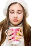Mooi meisje dat hete drank drinkt Stock Afbeeldingen