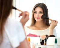 Mooi meisje dat make-up toepast Royalty-vrije Stock Afbeelding