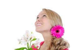 Mooi meisje dat met bloemen omhoog kijkt. Royalty-vrije Stock Afbeeldingen