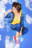 Mooi meisje dat met een muziek vliegt royalty-vrije stock foto's