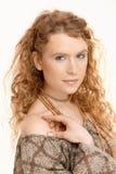 Mooi meisje dat met lang krullend haar camera bekijkt Royalty-vrije Stock Fotografie
