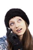 Mooi meisje dat met mobiele telefoon omhoog kijkt Royalty-vrije Stock Afbeelding