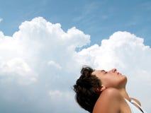 Mooi meisje dat op bewolkte hemelen wordt geprofileerd Royalty-vrije Stock Fotografie
