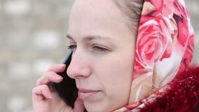 Mooi meisje dat op de telefoon spreekt stock footage