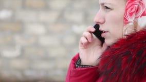Mooi meisje dat op de telefoon spreekt stock videobeelden