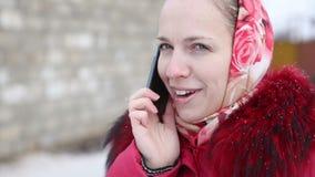 Mooi meisje dat op de telefoon spreekt stock video