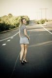 Mooi meisje dat op de weg loopt Stock Foto