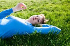 Mooi meisje dat op het gras ligt Royalty-vrije Stock Afbeeldingen