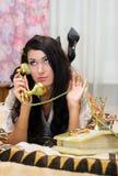 Mooi meisje dat op telefoon spreekt Royalty-vrije Stock Fotografie