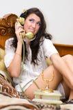 Mooi meisje dat op telefoon spreekt Royalty-vrije Stock Foto's