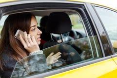 Mooi meisje dat op telefoon spreekt Royalty-vrije Stock Afbeelding