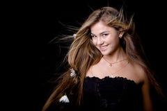 Mooi meisje dat op zwarte glimlacht Royalty-vrije Stock Afbeeldingen