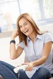 Mooi meisje dat pret met computerspel het lachen heeft Stock Afbeelding
