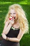 Mooi meisje dat rijpe appel eet Stock Afbeeldingen