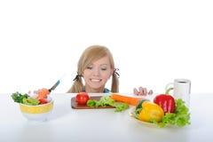 Mooi meisje dat verse groenten zoekt Royalty-vrije Stock Afbeeldingen