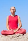 Mooi meisje dat yogaoefening maakt Stock Afbeeldingen