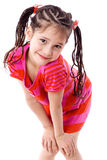 Mooi meisje dat zich met handen op knieën bevindt Royalty-vrije Stock Foto's