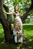 Mooi meisje in de appelboomgaard in de volledige groei Stock Foto's