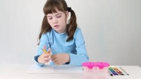 Mooi meisje in de blauwe vlinder van waterverfverven op lijst stock footage