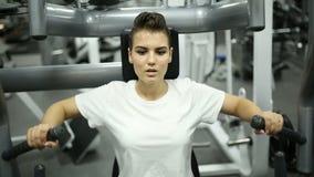Mooi meisje in de gymnastiek stock footage