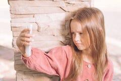 Mooi meisje in de kleding van Bourgondië royalty-vrije stock foto