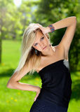 Mooi meisje in de kleine zwarte kleding stock fotografie
