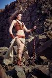 Mooi meisje in de kleren van Viking of Amazonië stock afbeeldingen