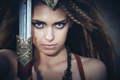 Mooi meisje in de kleren van Viking of Amazonië, met een swor royalty-vrije stock afbeeldingen