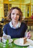 Mooi meisje in de koffie met cake Stock Foto