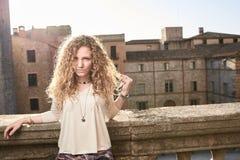 Mooi Meisje in de Oude Stad stock afbeelding