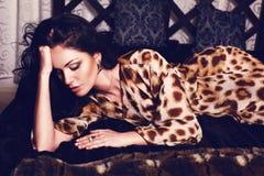 Mooi meisje in de robe van de luipaarddruk Stock Foto's