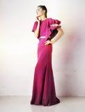 Mooi meisje in de studioschot van de manier karmozijnrood kleding Stock Foto